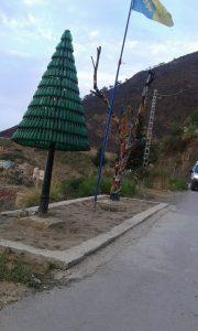 En Algérie, après la déforestation, on plante des arbres étranges, faits de canettes de bière ou de branches mortes colorées (@Madjid)